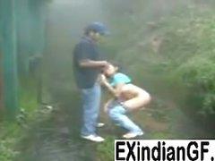 Intialainen girl antaa pään ja saa munaa outdoors
