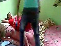 Todellista desi bhabhi perseestä hänet devar vaivihkaa kotona