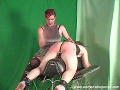 Senhora espancando o escravo
