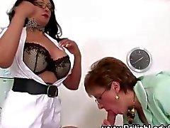 Las enfermeras fetiche Mature rozan al polla grande