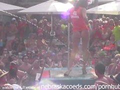 Дантес конкурса бассейн с тенниску полюсного влажное в ходе фантазии фесте 2013 года