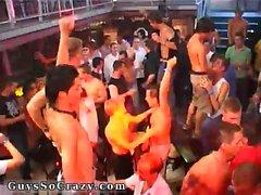 Filles de garçons dans le film nu de danse gay sur les tables et thr