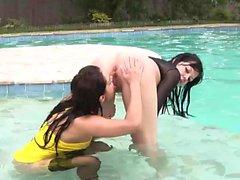 Ragazze brune si masturbano in piscina
