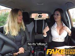 Escuela de conducción falsa sexo lésbico con el australiano caliente