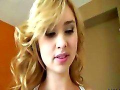 Förtjusande blond tonåring med söta trånga fitta knullas i gymmet