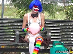 StrandedTeens - Dirty Clown kommt in ein paar kuriose Business