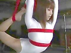 Flexibele Japanse slet krijgt vastgebonden en geschonden door haar ontvoerder