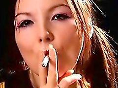 Gai vilain sauvage dans voluptueuses Ga fumeur