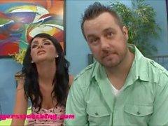Siyah saçlı genç karısı kocasının önünde ilk büyük beyaz horoz alır