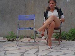 Nadejda fuma um cigarro em sua cadeira ...