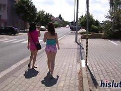 Terry und Jenny im Freien genießen lesbischen Sex