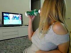 любительская атрия 93, перебирающая себя на веб-камеру в реальном времени