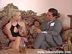 Peituda morena italiana Federica Zarri recebe e dá cabeça na cama
