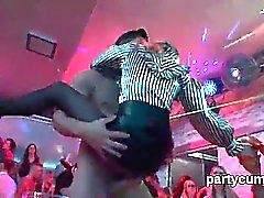 nymphos Peculiar diventano totalmente impazzito nuda e alla festa di Porno