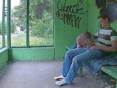 Nos des premiers rapports sexuels en plein air sur poste de autocar