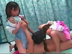 Amatör asiatisk tonåring i trio