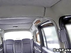 Blonden in Netzstrumpfhose bei fälschung dem Taxi