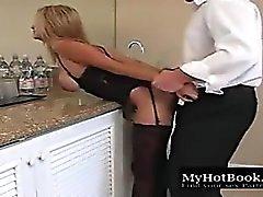 Limpiador perfecto de las mujeres de alta definición que se besa,