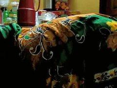 Bengalese rurale donna che piega sopra