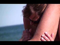 handjob all'aperto sulla spiaggia con sborrata