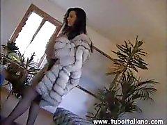Sko italiano vulgar com um gatinho tabu dá ao marido uma surpresa
