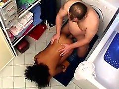 Tarado Chunky bombeia adolescente bonita que Africano no local de repouso
