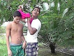 Compañeros latinoamericanos se unen para divertirte oral en la el patio de