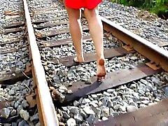 La mia sposa piedi nudi stazione a piedi
