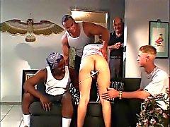 Morena leva dois galos enormes na frente do namorado
