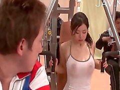 Ateşli jimnastik kadının da göğüslerini gösterilir