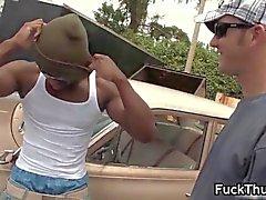 musta homojen thug saa hänen tiukasti poopshute segmentin