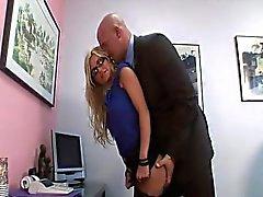 secretária impertinentes fica bateu em seu escritório de