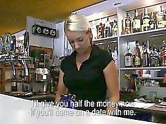 Barmaid Lenka bateu com um desconhecido