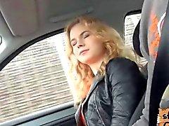 Nishe ha il bellimbusto una bella masturbazione e viene scopata