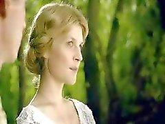 Blonde actrice Clemence Poesy in scènes uit een van haar films
