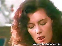 Morena italiana é em algum sexo escritório e golpes e faz anal