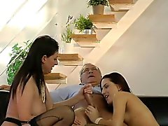 cocksucking MILF britannique en gainées trio
