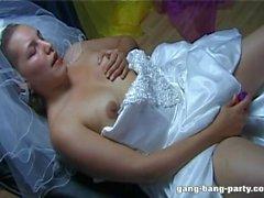 Bride bli ansikte ifrån den hela bröllopsfesten