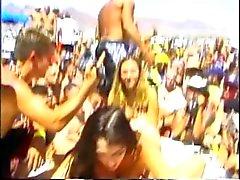Три девочки лизал и на руку друг друга линии всасывания т пляжных люди