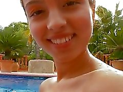 Garota peituda nua na piscina