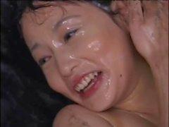 Cutie asiática adorável é revestido em porca amargo em uma festa épica bukkake