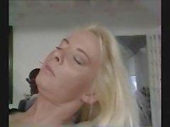 Garce mature blonde est cloué dans son buisson velue et dans le cul en ce classique de