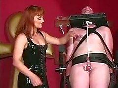 Tipo del esclavo tratando de complacer a de su gran querida tits