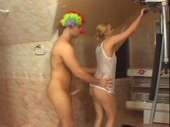 Cute блондин получает свой во рту и киску трахают Gonzo Клоун