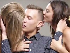 Große Titten Teen Dreier mit Cumshot