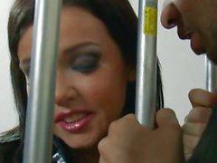 Шлюшка полицейским Emma сердца любит давать Оральный к заключенным