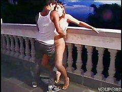 Baises shemale aux Seins tendrement gars sur balcon