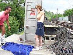 Sexy Alexis bekommt auf einem Eisenbahn gepflügt