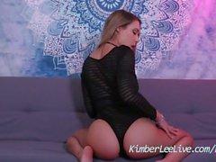 Adolescente natural Kimber Lee Rides Dildo en el Pijama de una pieza hasta que corre!
