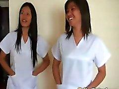 Due sexy del le infermiere filippina offrono cure particolari per fortunata turistica maschile